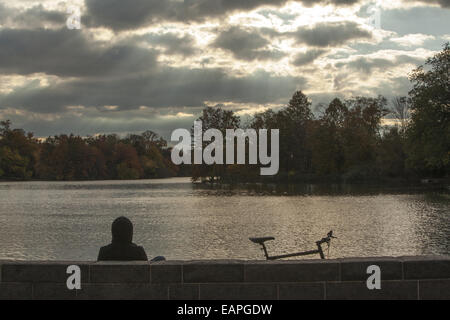Herbsttag entlang des Sees im Prospect Park in Brooklyn, New York - Stockfoto