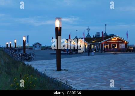 Gas-Beacons auf dem neuen Pier in der Abenddämmerung, St. Peter-Ording, Eiderstedt, Nordfriesland, Schleswig-Holstein, - Stockfoto