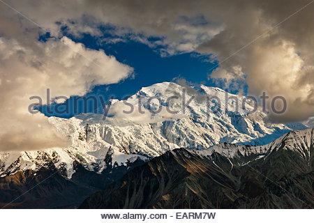 Wolken und Schatten im Norden und Süden Gipfel des Mount McKinley. - Stockfoto