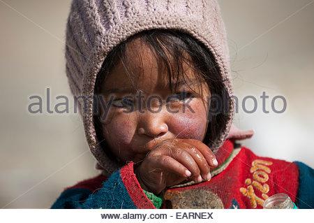 Ein wenig Nomade zeigt die Auswirkungen der Exposition im wettergegerbten Gesicht. - Stockfoto