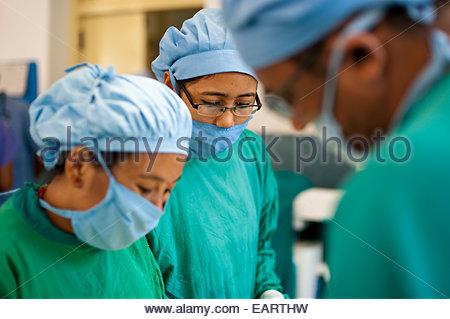 Ärzte operieren in einem Krankenhaus im ländlichen Nepal. - Stockfoto