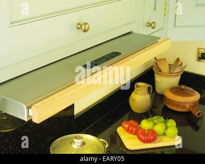 Dunstabzugshaube über küchenarbeitsplatte herausziehen stockfoto