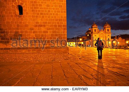 Eine Frau geht durch die Plaza de Armas. - Stockfoto