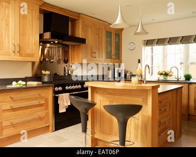 Barhocker bei Kochinsel Frühstücksbar in modernen Küche Stockfoto ...