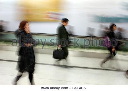 Büroangestellte in der u-Bahn während der Hauptverkehrszeit, Hong Kong, China. - Stockfoto