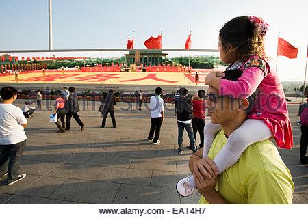 Touristen gehen auf dem Tiananmen-Platz. - Stockfoto