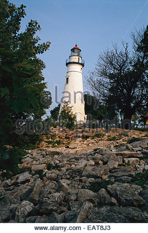 Die Marblehead Light steht hoch über East Harbor State Park. - Stockfoto