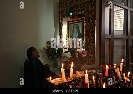 Vor einem Bild der Jungfrau im La Compania Kirche beten. - Stockfoto