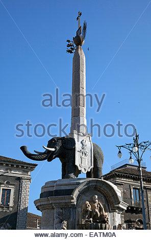 Fontana dell'Elefante auf Piazza del Duomo in Catania, Sizilien. - Stockfoto