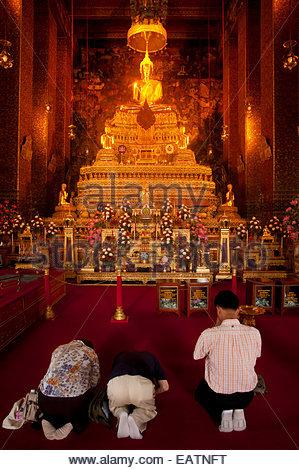 Menschen beten zu diesem Heiligtum am Tempel des liegenden Buddha. - Stockfoto