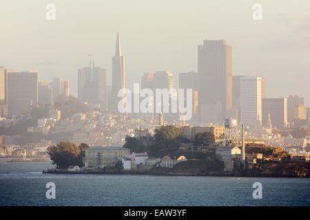 Herrlichem Blick auf Alcatraz und die Skyline von San Francisco in der Abenddämmerung von Angel Island State Park - Stockfoto