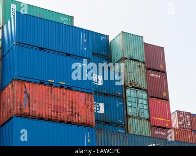 Gestapelte Schiffscontainer im Hamburger Hafen - Stockfoto