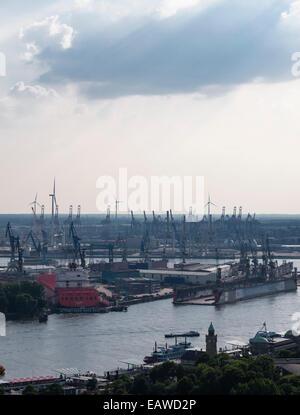 """Blick auf den Hamburger Hafen mit den St. Pauli Piers (vorne), das Hafenbecken der Werft """"Blohm + Voss"""" (Mitte) - Stockfoto"""