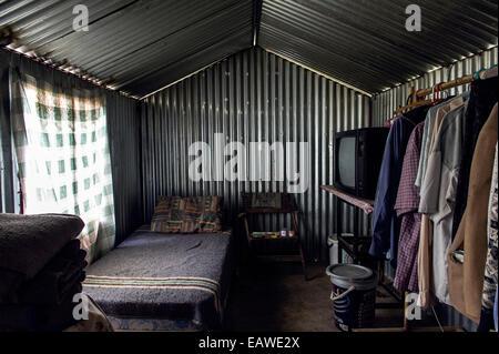 Eine gewellte Zinn Gartenhaus wird ein Haus in einem vertriebenen Gemeinde. - Stockfoto