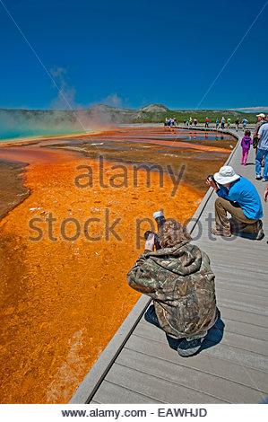 Touristen Wandern auf einem Holzsteg neben Grand Bildobjekte Frühling Thermalquelle. - Stockfoto