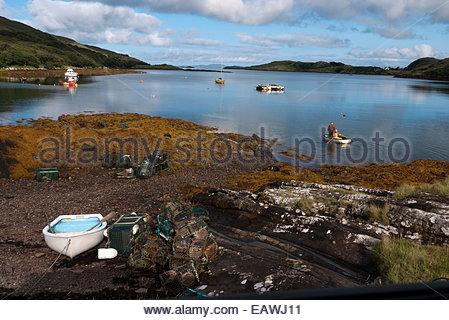 Kleine Boote verkehren die Gewässer vor Rosroe, Irland. - Stockfoto