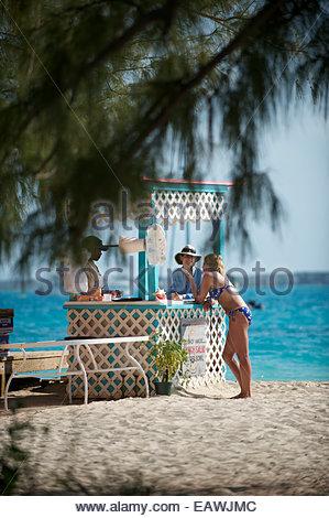 Touristen entspannen in den Chat ' n ' Chill Bar auf Stocking Island. - Stockfoto