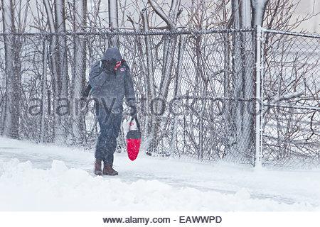 Ein Mann auf dem Schnee bedeckt Bürgersteig Schlachten den Wind während der Blizzard 2013. - Stockfoto