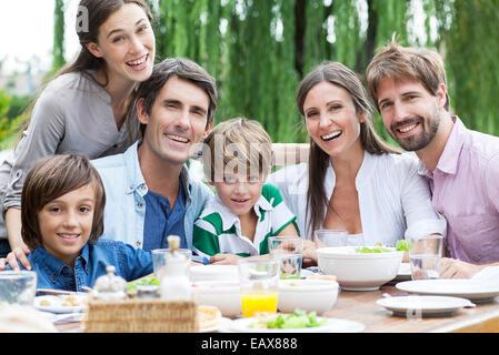 Familie posieren für Porträt bei Outdoor-Treffen - Stockfoto
