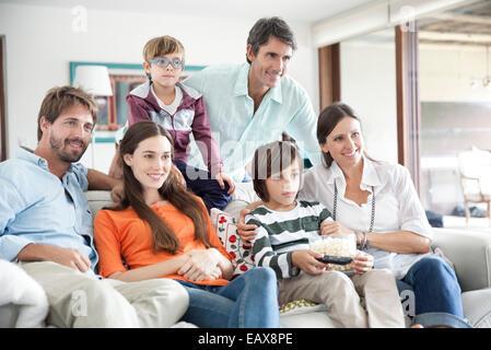 Familie vor dem Fernseher zusammen - Stockfoto