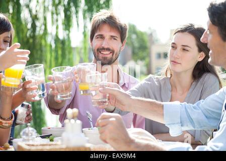 Familie klirrende Gläser bei Outdoor-Treffen - Stockfoto