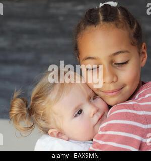 Mädchen Babymädchen umarmen - Stockfoto