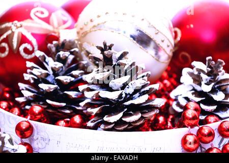 weihnachtsbaumschmuck rote kugeln kegel holzspielzeug pferd tanne zweig stockfoto bild. Black Bedroom Furniture Sets. Home Design Ideas