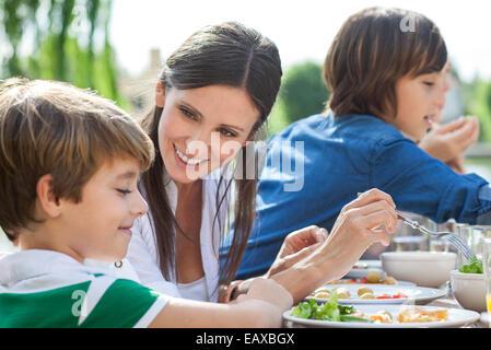 Familie gesunde Mahlzeit im Freien genießen - Stockfoto