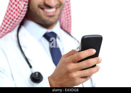 Nahaufnahme einer glücklich Arzt-Hand mit einem Smartphone auf einem weißen Hintergrund isoliert - Stockfoto