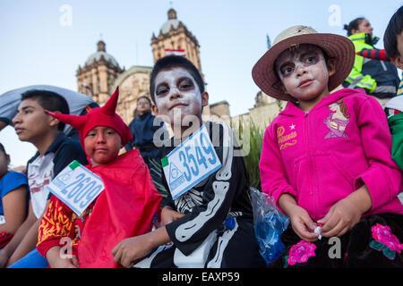 Junge Kinder in Kostümen gekleidet im Laufe des Tages von den Dead Festival in Spanisch als D'a de Muertos am 25. - Stockfoto