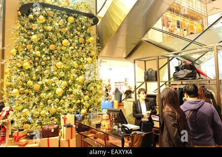 paris frankreich chinesische touristen einkaufen luxus mode brand stores kenzo stockfoto. Black Bedroom Furniture Sets. Home Design Ideas