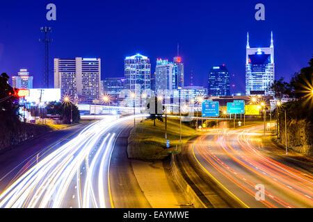 Nashville, Tennessee, USA Skyline der Innenstadt und Autobahn. Stockfoto