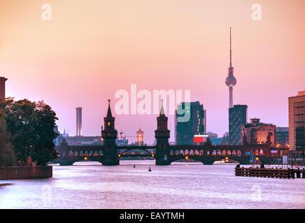 Berliner Stadtbild mit Oberbaumbrücke am Abend - Stockfoto
