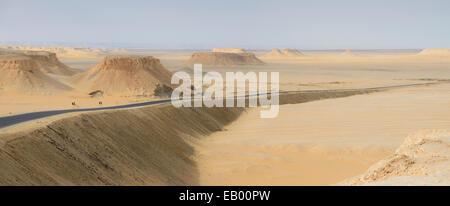 Straße in der Sahara Wüste, Ägypten - Stockfoto