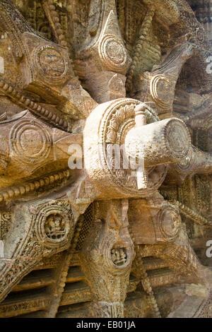 Nahaufnahme der Stein Rad Speichen, Achse und Keil pin bei Sonne-Bügel, Konark, Orissa, Indien, Asien - Stockfoto