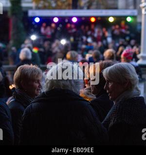 Southport, Merseyside, England. 22. November 2014.  Southport großer Weihnachten Schalter auf, mit Sternen und Handlungen - Stockfoto