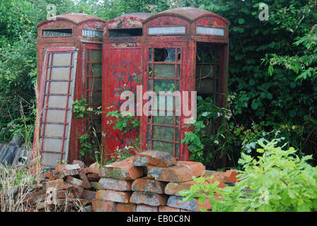 heruntergekommene klassische rote Telefonzellen - Stockfoto