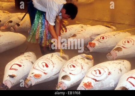 Tsukiji-Fischmarkt, Männer Inspektion Fisch, Tokyo, Japan - Stockfoto