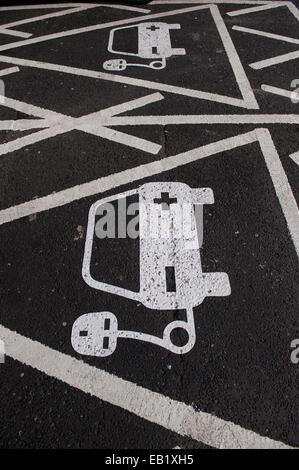 reservierter Parkplatz auf Autobahnraststätten für Elektroautos an einer Ladestation, UK - Stockfoto