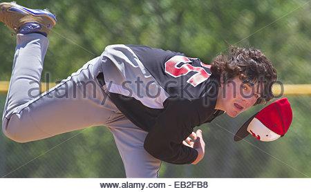 Ein dreizehn Jahre alte junge in einem Baseball-Spiel USSSA pitching. - Stockfoto