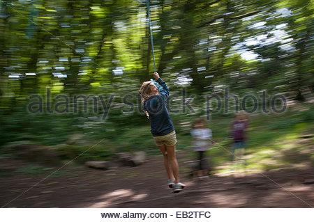 Spaß auf einem Seil schwingen in den Wäldern in Cornwall - Stockfoto