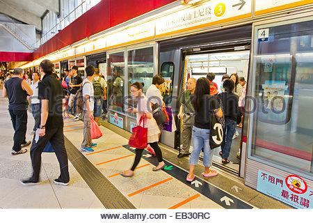 Reisende steigen Sie aus bei einer u-Bahnstation in Hong Kong. - Stockfoto