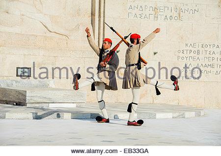 Griechischen Wachen genannt Evzones marschieren vor dem Grab des unbekannten Soldaten im griechischen Parlament - Stockfoto