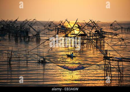 Thailand, Phatthalung, Chinesische Fischernetze bei Sonnenaufgang im Meer Fischschwärme installiert - Stockfoto
