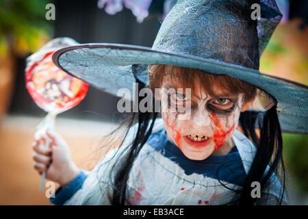 Jungen (8-9) mit beängstigend Kostüm für Halloween - Stockfoto