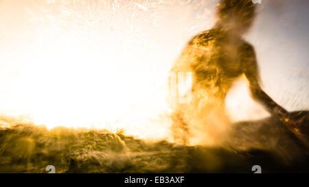 USA, California, Los Angeles County, Malibu, Silhouette des Surfers - Stockfoto
