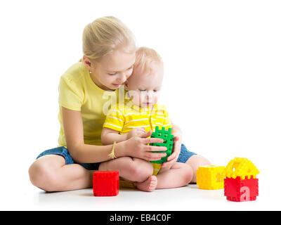 Baby Boy spielen zusammen mit Schwester - Stockfoto
