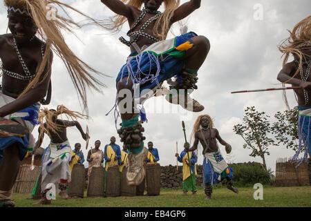 In einem kleinen Dorf Männer verkleiden als Krieger und traditionelle Tänze durchführen, während andere Schlagzeug - Stockfoto