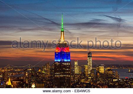 Empire State Building beleuchtet in den Farben der südafrikanischen Flagge zu Ehren Nelson Mandela. - Stockfoto