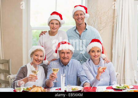 Glückliche Großfamilie in Santa Hut Toasten in die Kamera - Stockfoto